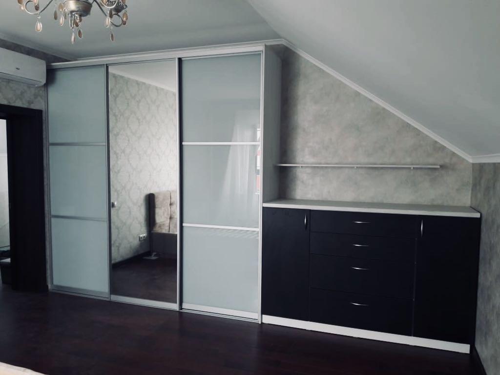 Шкаф-купе в спальню со встроенным комодом