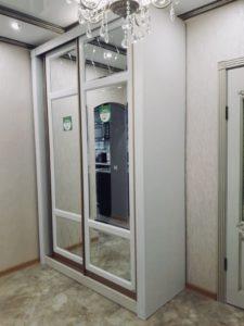 Белый шкаф-купе с зеркалом