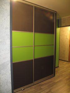 Встроенный шкаф-купе зелёного цвета