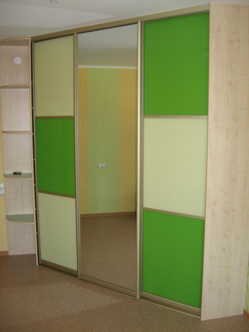 Зелёный шкаф-купе с зеркалом