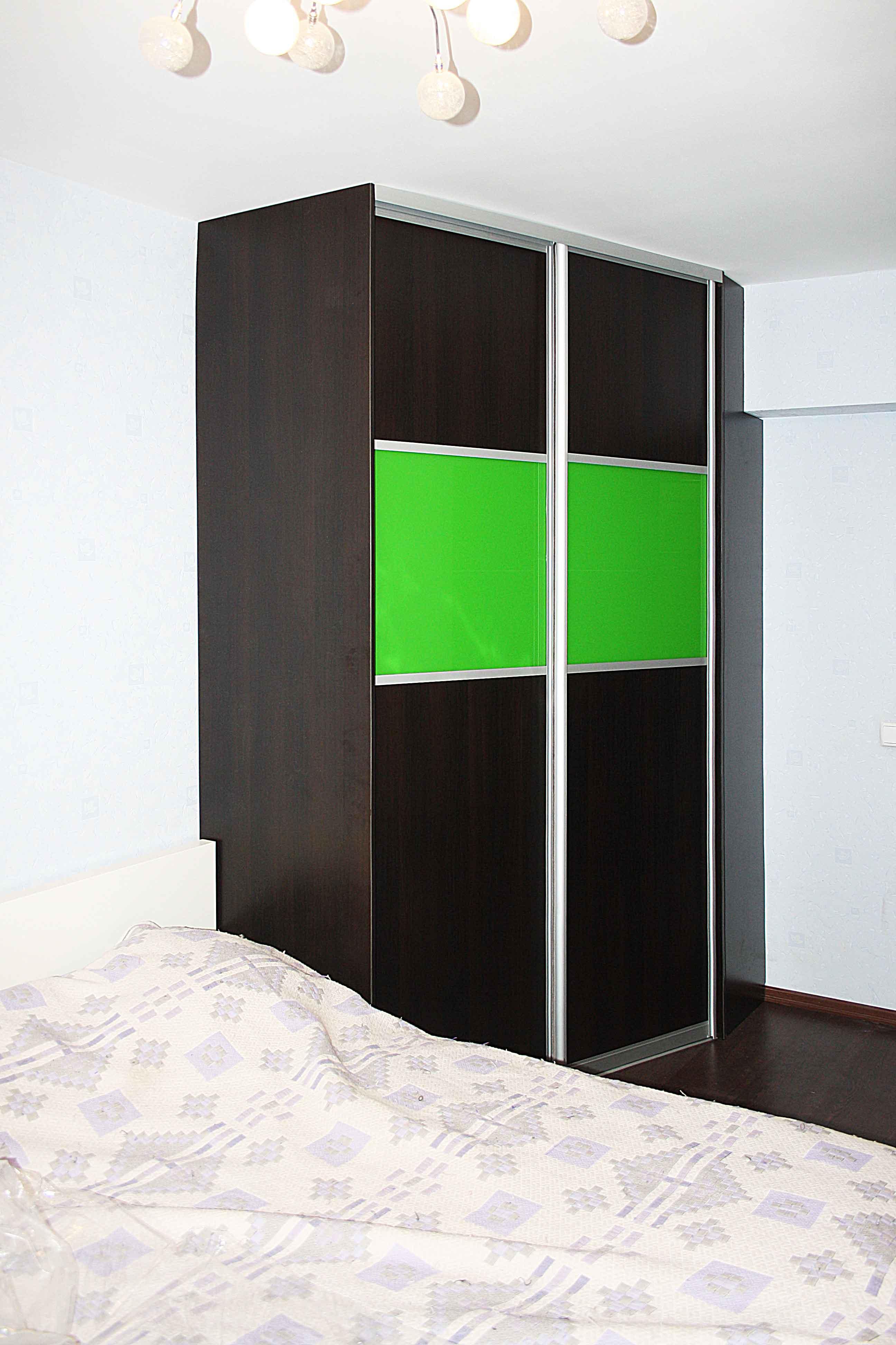 Зелёный шкаф-купе из ЛДСП