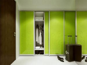 Встроенный шкаф-купе зелёного цвета в прихожую