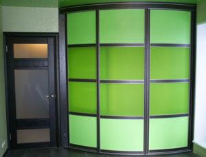 Радиусный шкаф-купе зелёного цвета